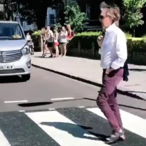 Paul McCartney atravessa Abbey Road